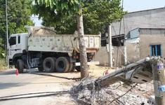 Xe ben kéo đổ gần chục cột điện, cả khu phố mất điện