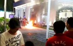 Xe máy cháy trơ khung trước nhà hàng tiệc cưới, hàng trăm thực khách hoảng loạn