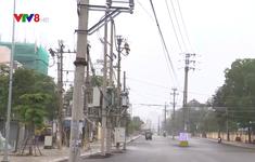 Hàng chục cột điện nằm giữa đường gây mất ATGT