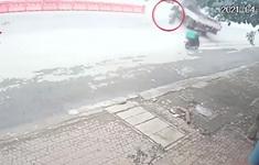 Xe máy phóng nhanh lao vào gầm ô tô