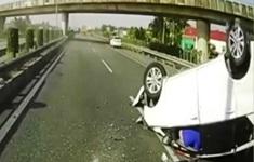 Vượt ẩu, xe 5 chỗ húc vào dải phân cách, lật ngửa giữa cao tốc