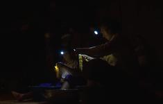 Không điện, người dân sạc điện thoại bằng tuabin nước, tivi lúc được lúc không