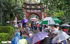 Hơn 30.000 đội mưa 'chen chân' đổ về Đền Hùng trong 2 ngày cuối tuần