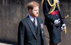 Hoàng tử Harry hoãn về Mỹ với vợ, ở lại đến sinh nhật nữ hoàng Anh