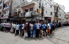 Người dân New Delhi xếp hàng mua rượu khi đang thực hiện lệnh phong tỏa