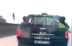 Bất chấp nguy hiểm, tài xế chở 2 em nhỏ trên thùng xe chạy như bay trên quốc lộ