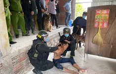 Cảnh sát phá cửa bắt kẻ ngáo đá đốt nhà mẹ ruột ở Tiền Giang