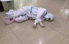 Rơi nước mắt hình ảnh nhân viên y tế kiệt sức khi vượt nắng, băng đêm truy tìm COVID-19