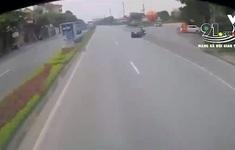 Thiếu quan sát khi sang đường, ô tô tông vào 2 người đi xe máy