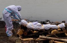Cảnh sát Ấn Độ tuần tra trên sông vớt thi thể nạn nhân COVID-19