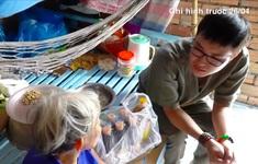 """Việc tử tế: Chàng trai đều đặn """"phát lương"""" cho người nghèo"""