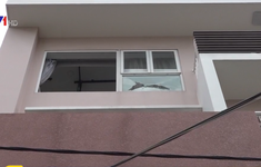 Một căn nhà liên tục bị bắn đạn bi vào cửa sổ
