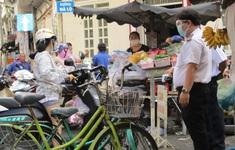 TP Hồ Chí Minh: Ngày đầu đóng cửa chợ tự phát, lượng người mua vẫn đông