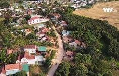 Trưởng thôn vận động người dân hiến đất làm đường