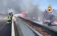 Tai nạn ô tô liên hoàn trên cao tốc Italy, các phương tiện bị cháy rụi, 2 người tử vong