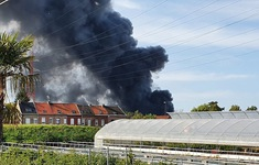 Cháy dữ dội ở miền Bắc nước Pháp, cột khói khổng lồ bốc cao hàng km