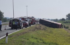 Xe bus trượt khỏi đường cao tốc và lật nhào ở Croatia, hàng chục người thương vong