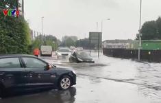 Mưa xối xả gây ngập lụt tại London