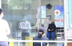 Lấy mẫu xét nghiệm COVID-19 toàn bộ nhân viên Bệnh viện Phổi Hà Nội