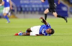 Cầu thủ Leicester gãy chân sau cú vào bóng thô bạo