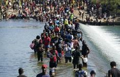 Hàng nghìn người di cư chờ đợi trong nắng nóng, Mỹ điều động gấp nhân viên tới biên giới phía Nam