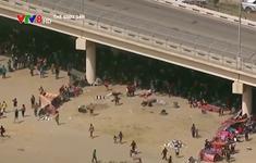 """Nhiều người di cư """"chầu chực'' dưới gầm cầu để chờ cơ hội vào Mỹ"""