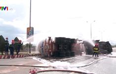 Xe bồn chở 20 tấn gas lật trên cầu vượt