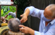 """""""Ngày hội cắt tóc"""" Hà Nội: Từ phòng điều hòa tới vỉa hè, thợ cắt tóc đều... mỏi tay"""