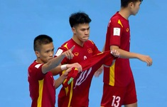 Sút tung lưới ĐT futsal Nga, Đắc Huy ăn mừng đầy ý nghĩa gửi đến Đức Tùng