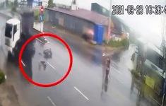 Tiện là… tạt ngang sang đường, tài xế xe máy bị đâm văng xa vài chục mét