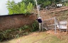 Cận cảnh người dân trèo rào, vượt chốt kiểm dịch chăng đầy dây thép gai