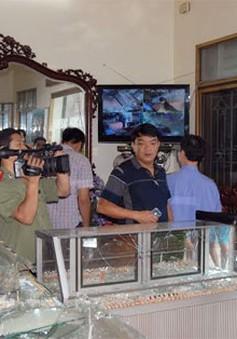 Băng cướp đi ôtô, dùng súng cướp tiệm vàng ở Hà Nam