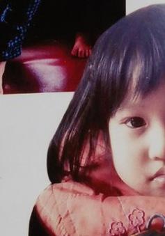 Hà Nội: Bé gái 4 tuổi bị bế đi giữa ban ngày