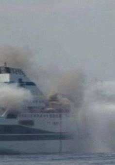 Hy Lạp nỗ lực cứu hộ chiếc phà bị cháy