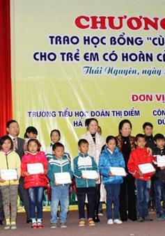 """Trao học bổng """"Cùng em đến trường"""" cho HS tỉnh Bắc Ninh, Thái Nguyên"""