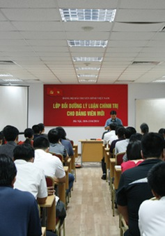 Khai giảng lớp bồi dưỡng lý luận chính trị cho đảng viên mới
