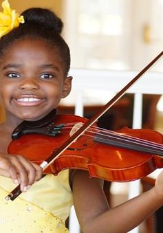 Mỹ: Bé gái 7 tuổi chơi violin kêu gọi thế giới bình đẳng