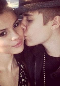 Justin Bieber khóa môi Selena Gomez giữa Trung tâm thương mại