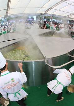 """300 đầu bếp trổ tài nấu nồi lẩu """"kỷ lục"""" Việt Nam"""