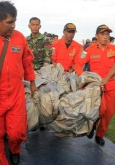 Gia đình nạn nhân vụ máy bay QZ8501 đến Surabaya để nhận dạng thi thể
