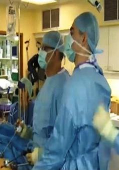 Anh: Sử dụng âm nhạc trong phẫu thuật