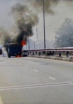 TP.HCM: Xe tải đột ngột bốc cháy, ùn tắc giao thông nghiêm trọng