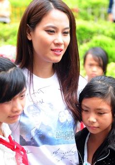 Hoa hậu Biển Vân Anh giản dị trong chuyến từ thiện vùng cao