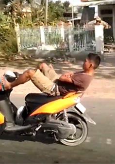 Thót tim cảnh nam thanh niên lái xe bằng chân trên đường Quốc lộ