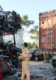 Xe khách đâm container, hành khách hoảng loạn