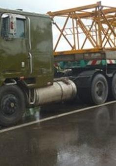Bắt giữ 2 xe đầu kéo mang biển số đỏ giả dạng xe quân đội