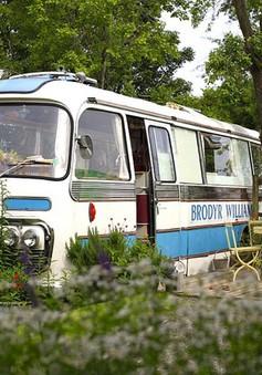 """Biến xe buýt cũ """"xập xệ"""" thành nhà nghỉ lãng mạn"""