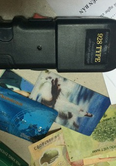Bắt đối tượng dùng súng điện chống trả công an