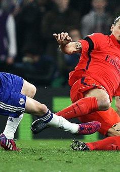 Cận cảnh chiếc thẻ đỏ gây tranh cãi của Ibrahimovic