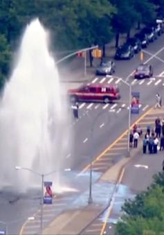 Vỡ đường ống, thác nước cao 12m xuất hiện giữa lòng New York